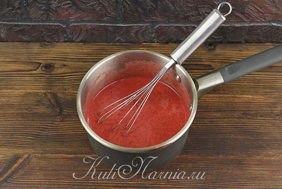 Переливаем желатин к клубничному пюре