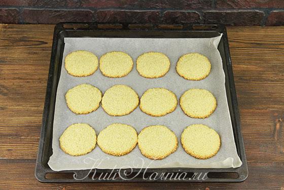 Противень с печеньем отправляем в духовку