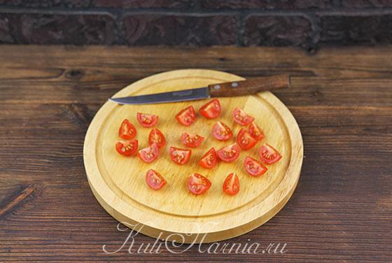 Режем помидоры для салата с тунцом
