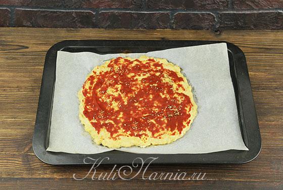 Смазываем куриную основу томатной пастой