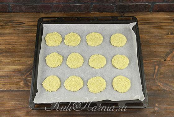 Тесто для кунжутного печенья выкладываем на противень
