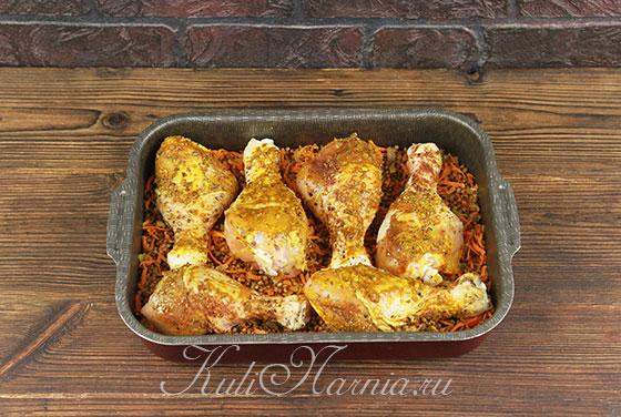 Выкладываем курицу на гречку