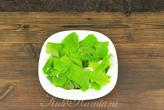Выкладываем листья салата на тарелку