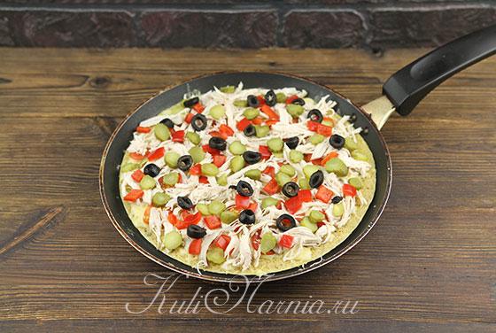 Выкладываем остальную начинку для пиццы на сковороду