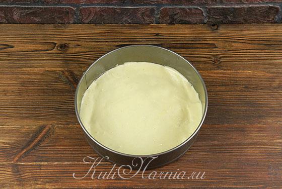Выкладываем тесто для торта в форму