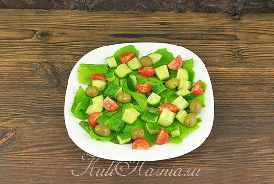 Выкладываем все ингредиенты для салата