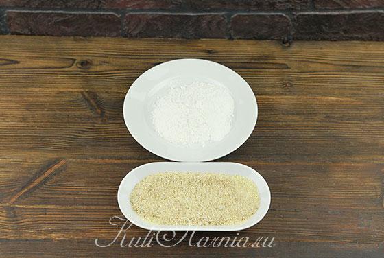 Высыпаем панировочные сухари и муку в отдельные тарелки