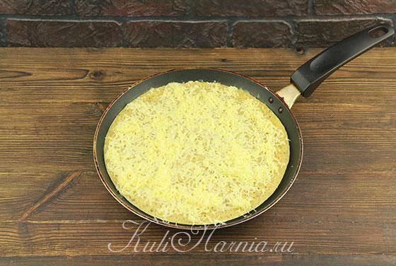Высыпаем сыр на основу для пиццы