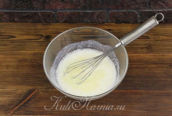 Добавляем кефир к яичной смеси