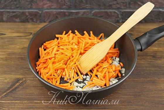 Добавляем морковь к луку и обжариваем
