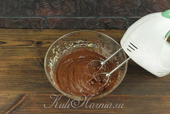 Добавляем муку в тесто для печенья брауни