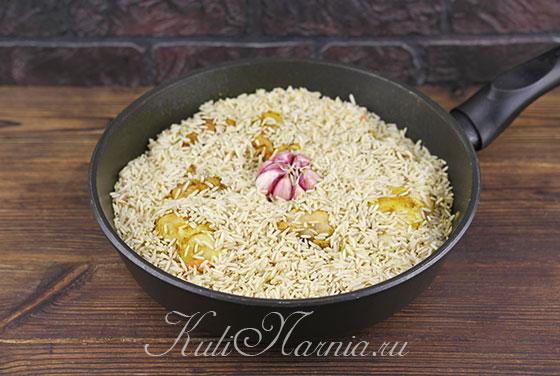 Добавляем рис в сковороду