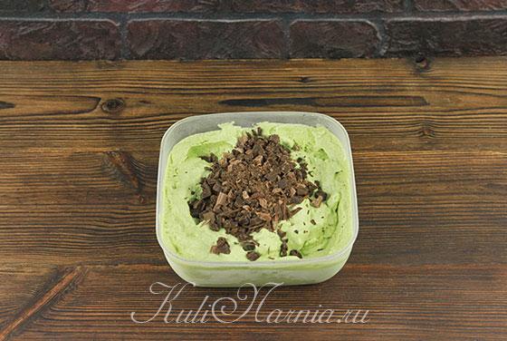 Добавляем шоколад в мятное мороженое