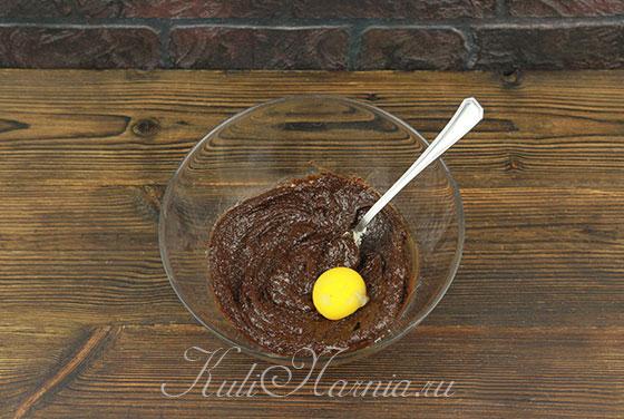 Добавляем желтки к шоколаду и маслу