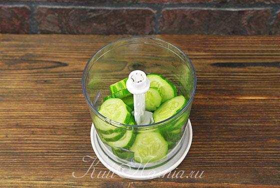 Огурцы нарезаем для лимонада и отправляем в блендер