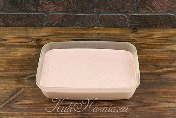 Перекладываем клубничное мороженое в контейнер и убираем в морозилку
