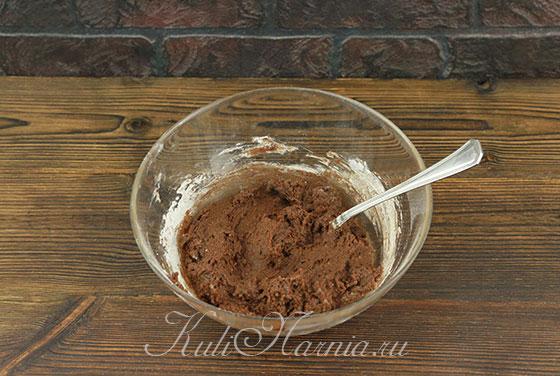 Размешиваем тесто для шоколадного бисквита