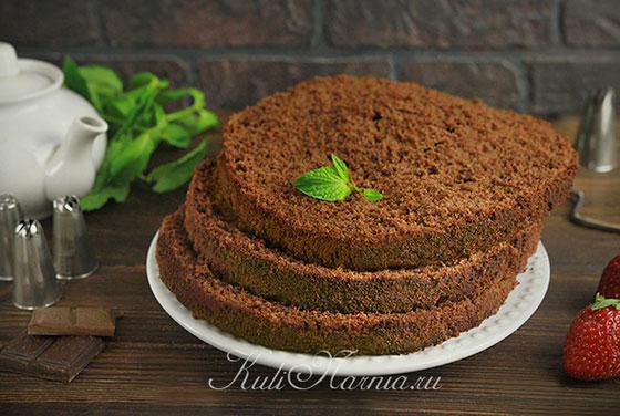 Разрезаем шоколадный бисквит для торта