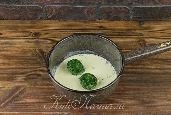 В кастрюлю с мятным молоком добавляем шпинат