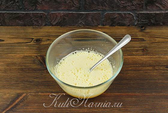 Вливаем горячее молоко к желтку