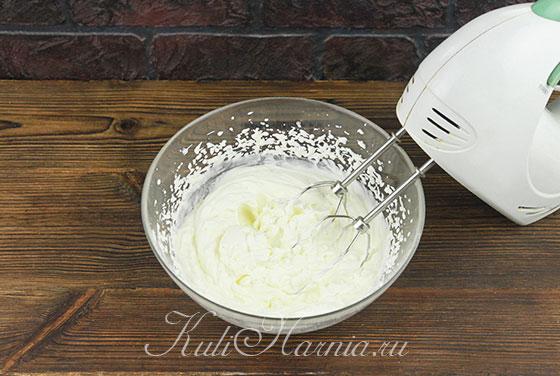 Взбиваем сливки для мятного мороженого