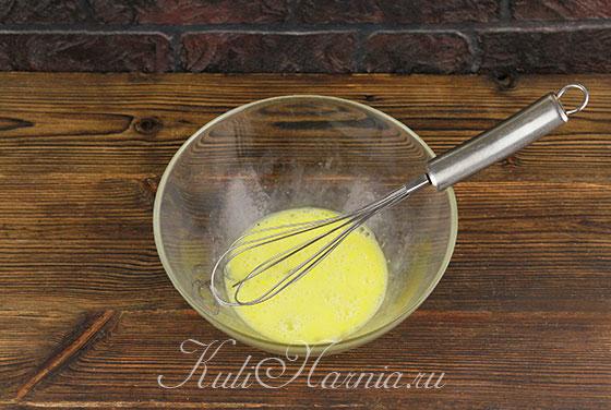 Взбиваем яйца для теста на оладьи