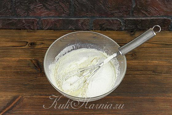 Добавляем муку с разрыхлителем в блинное тесто