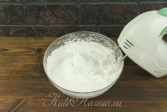 Добавляем ванильный сахар и продолжаем взбивать