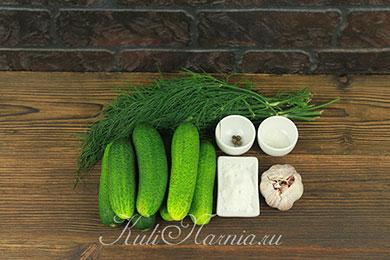 Ингредиенты для малосольных огурцов в пакете с чесноком