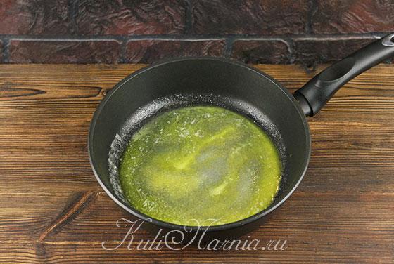 Растапливаем масло и добавляем сахар для карамели