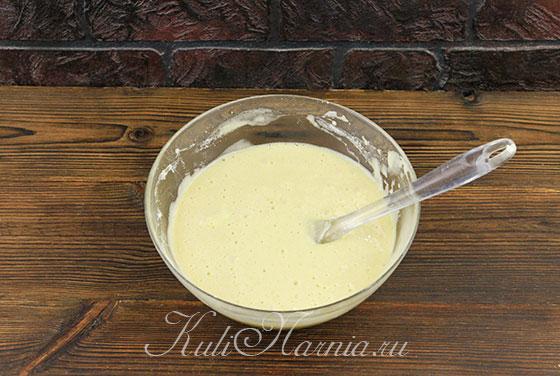 Размешиваем тесто для клубничной шарлотки