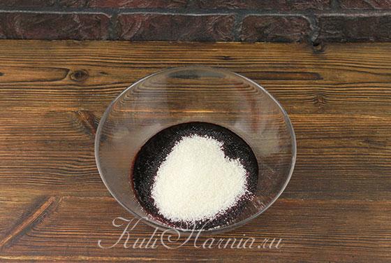 Смешиваем чернику с сахаром