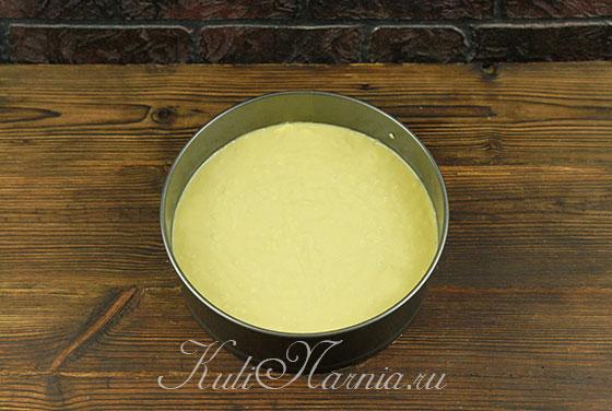 Выкладываем тесто в форму для выпечки
