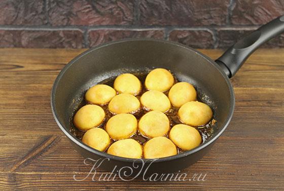 Выкладываем в карамель для пирога абрикосы