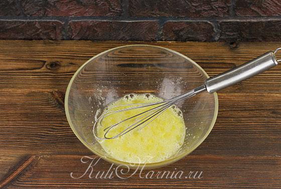 Взбалтываем яйца и сахар венчиком