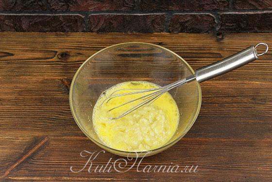 Добавляем банановое пюре к взбитым яйцам