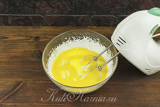 Добавляем к сливкам желтковую массу