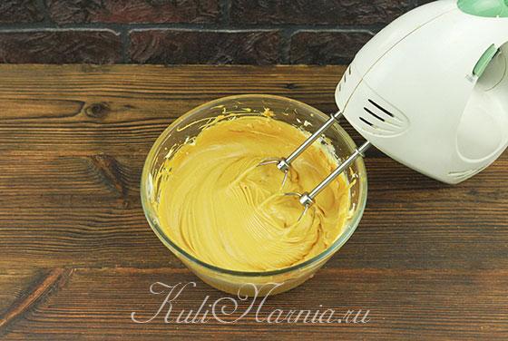 Добавляем вареную сгущенку к масляному крему