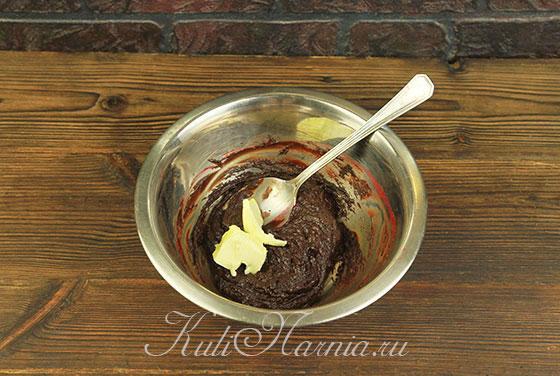К смеси из малины и шоколада добавляем масло