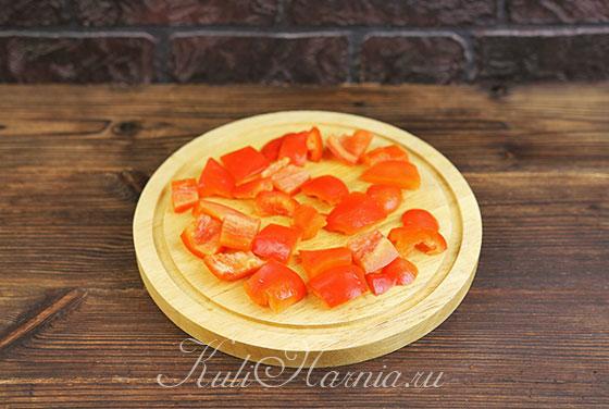Нарезаем болгарский перец крупными кусочками