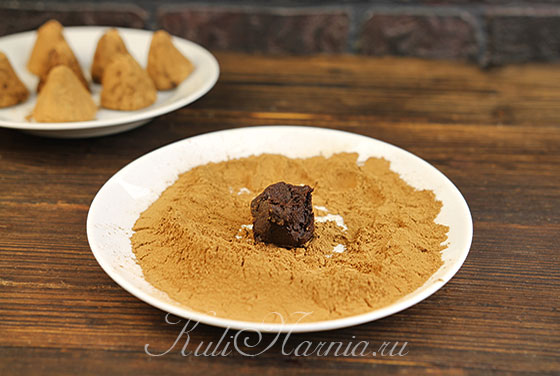 Обваливаем малиновый трюфель в какао