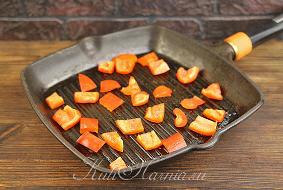 Обжариваем перец