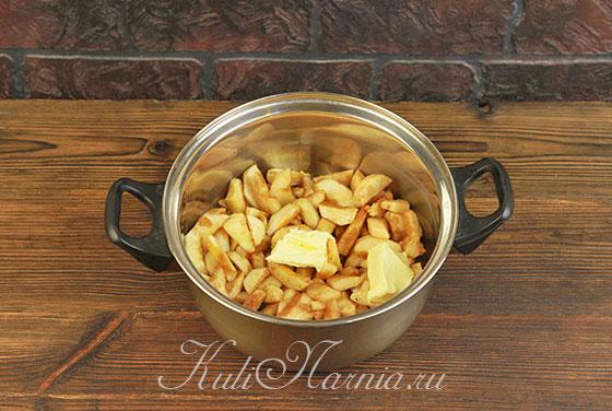 Перекладываем яблоки в кастрюлю