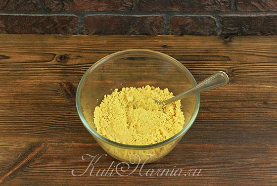 Перемешиваем печенье с маслом