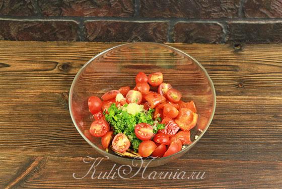 Разрезаем помидоры черри напополам и добавляем в миску