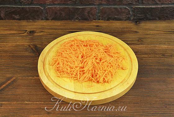Режем морковь на соломку или натираем