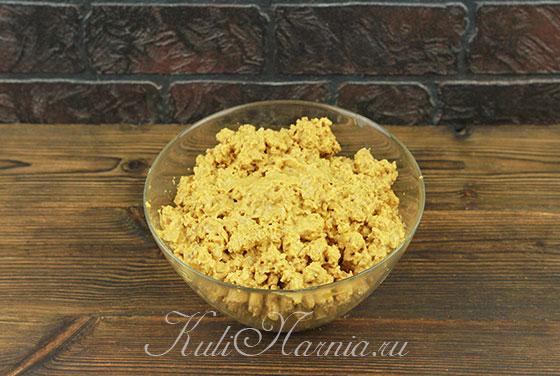 Выкладываем масляную массу к печенью и орехам