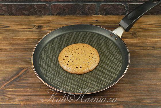 Выливаем тесто для панкейков порциями на сковороду