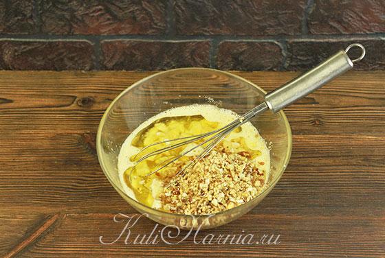 Добавляем дробленые орехи и масло