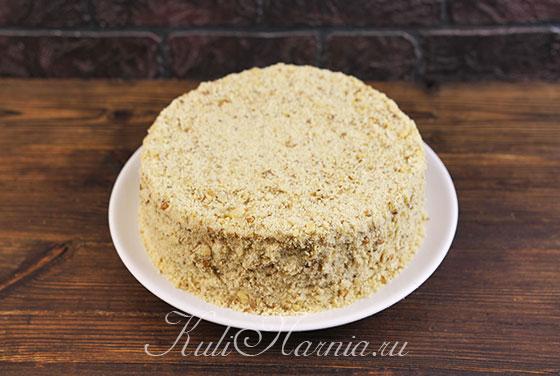 Измельчаем обрезки и посыпаем торт со всех сторон